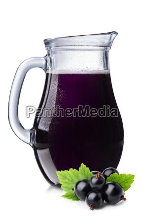 zumo de grosella negra fresca en
