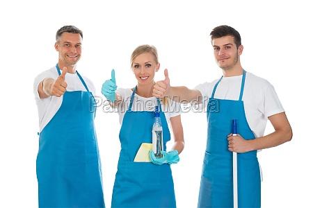 limpiadores mostrando la senyal de pulgar
