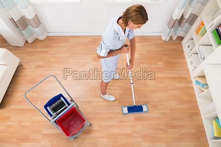 limpiador de limpieza femenina con fregona