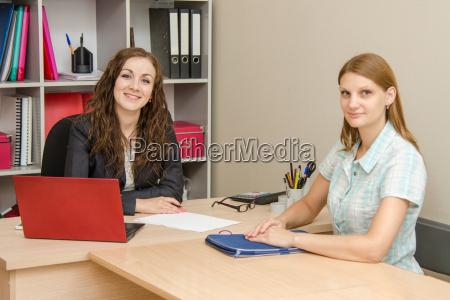 dos mujeres jovenes en el cargo