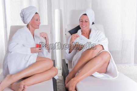 dos, mujeres, atractivas, descansando, después, de - 14943199