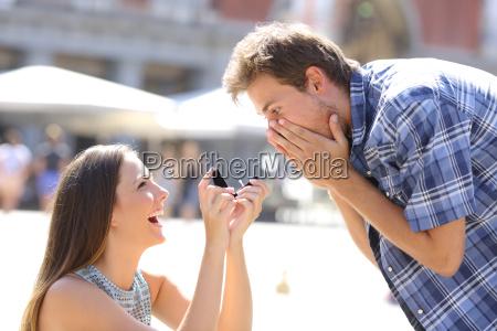 propuesta de una mujer que pide