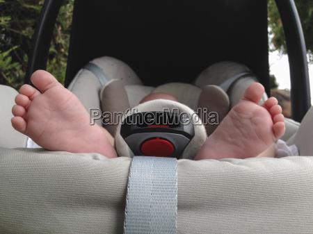 pies de bebe en maxi cosi