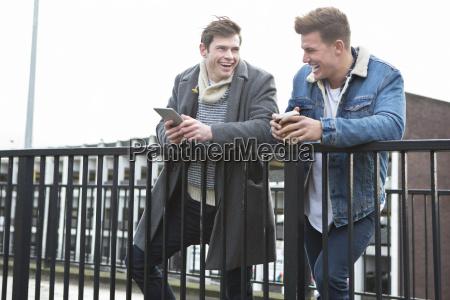 dos hombres hablando en la ciudad