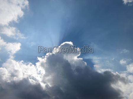 el cielo es azul y el