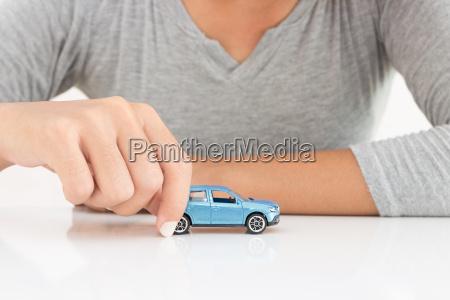 mujeres holding modelo de arrendamiento de