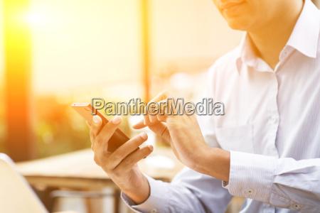 telefono cafe personas gente hombre portatil