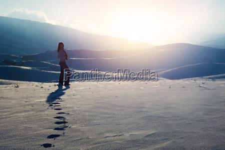 viajero mujer en las montanyas