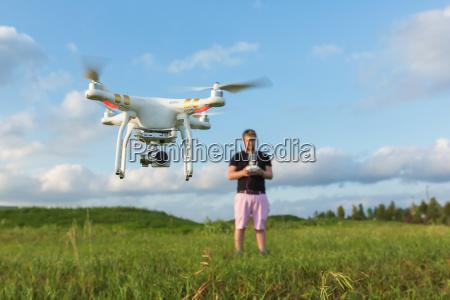 persona con drone en el campo