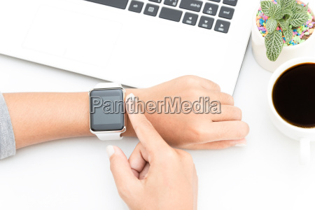 mujer tocando la mano inteligente reloj