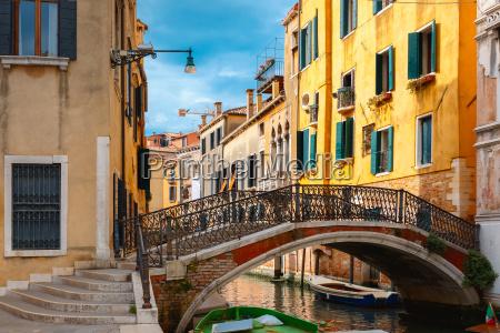 canal lateral colorido y puente en