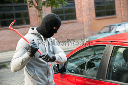 ladron tratando de aplastar la ventana