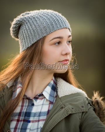 hermosa chica adolescente en abrigo calido