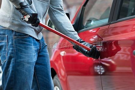 ladron abrir la puerta del coche