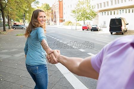 mujer tirando de su marido