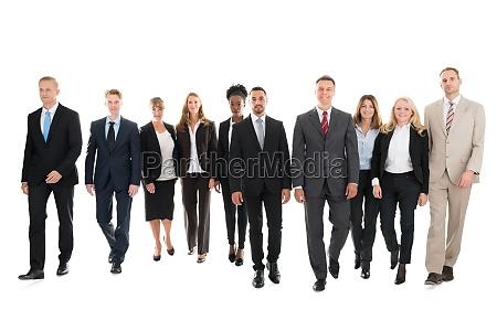 equipo de negocios confiado caminando contra