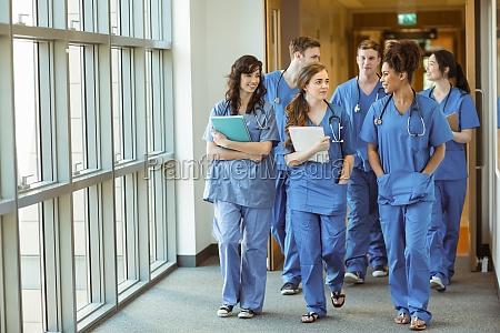 estudiantes de medicina caminando por corredor
