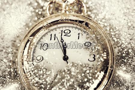 antiguo reloj de la medianoche apuntando