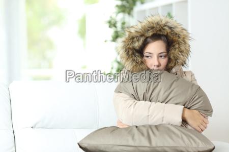 mujer vestida con gusto en una