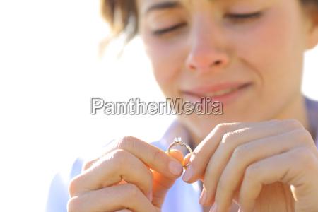 triste novia mirando su anillo de