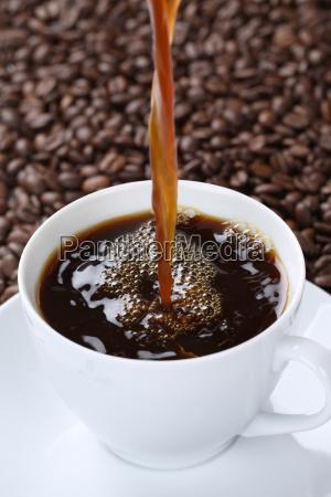 verter el cafe caliente en la