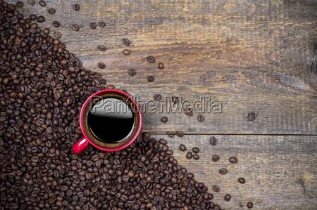 granos de cafe y taza de