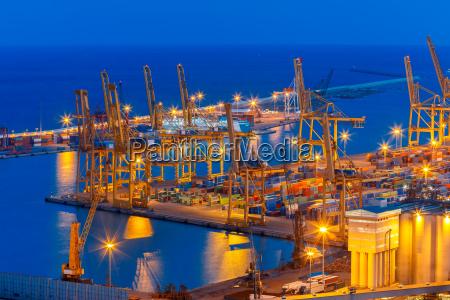 puerto de carga de mar en