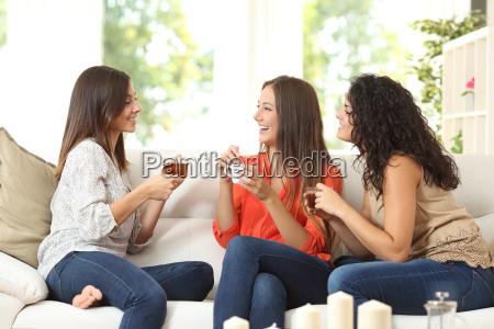 tres amigos hablando en casa