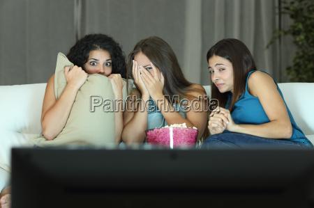 chicas viendo una pelicula de terror