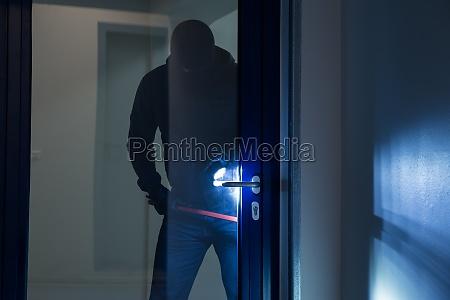 ladron usando palanca para abrir la