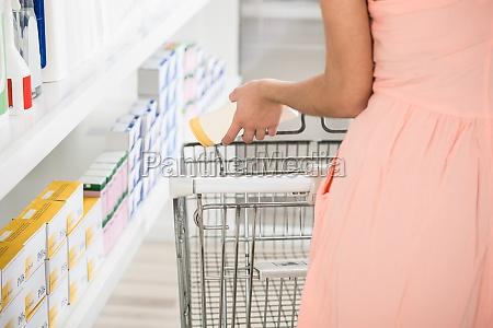 mujer compras tienda producto eleccion la