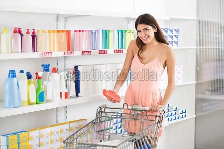 mujer comprando producto de belleza en