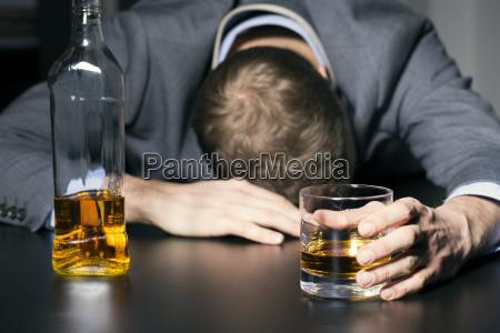 adiccion al alcohol empresario ebrio sosteniendo