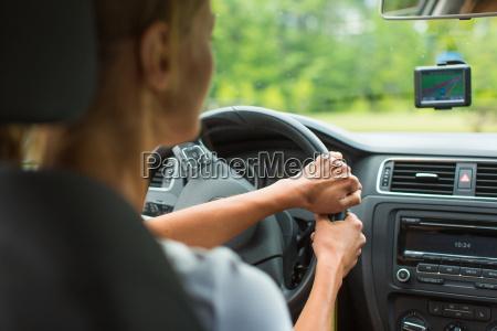 mujer joven que conduce su coche