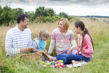 la familia de picnic en la