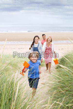 familia, caminando, por, las, dunas, de - 15954207