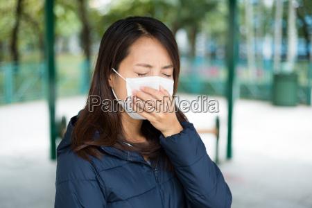 mujer con mascara facial protectora