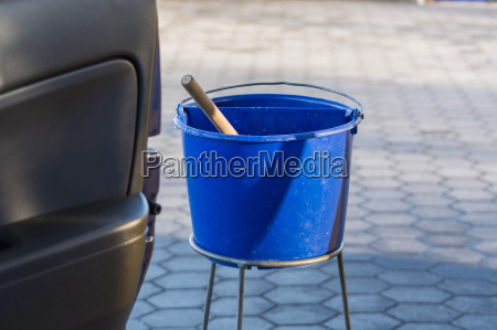 balde azul con agua en una