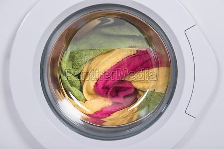 lavadora llena de ropa