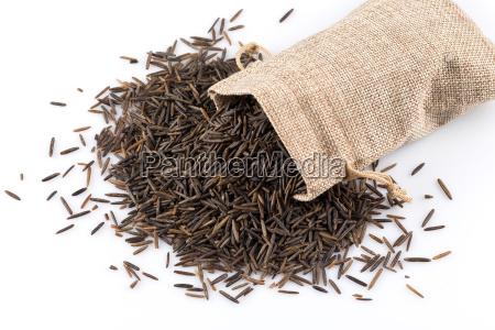 monton de arroz salvaje sobre fondo