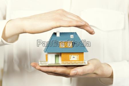 casa pequenya familia de la mano