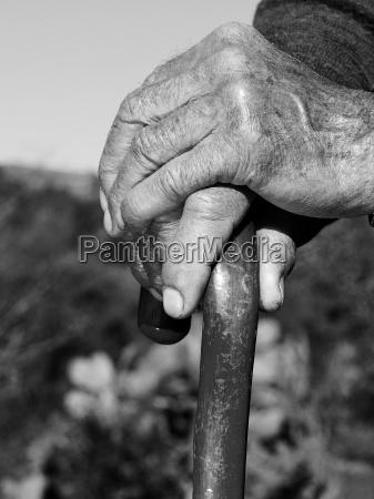 las manos de la vieja persona