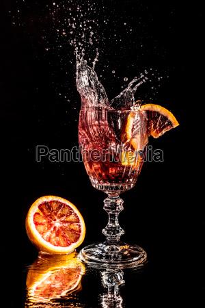 la pieza anaranjada cae en un