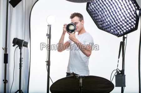 fotografo profesional joven con camara digital