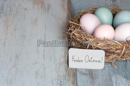 huevos de pascua en pastel