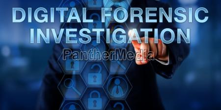 examinador presionando la investigacion forensica digital