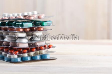 pildoras y pila de capsulas en