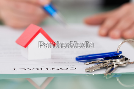 contract with key and house model