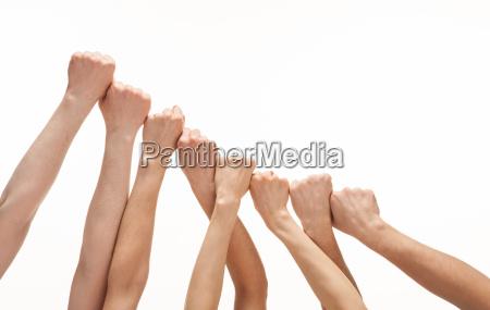 muchas manos imitando escaleras juntas sobre
