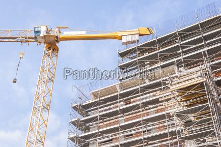 edificio, en, construcción, con, armadura, y - 16334003